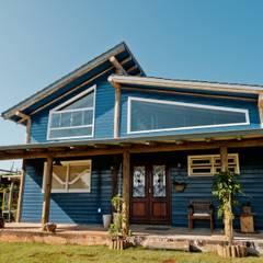 CASA A&R: Chalés e casas de madeira  por AMPLIZA Tuni & Santos Arquitetos