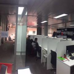 Espaços de trabalho de call center - Antes : Escritórios  por Rima Design