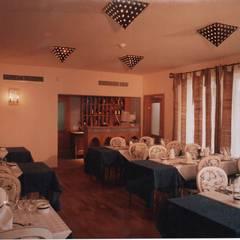 Restaurante CLUBE CASA DO CASTELO: Espaços de restauração  por Atelier  Ana Leonor Rocha