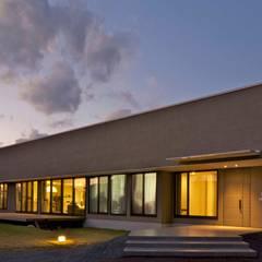 活動を育む器としての建築/木造トラス梁による大空間リビングルームのある3世代住宅: JWA,Jun Watanabe & Associatesが手掛けた二世帯住宅です。