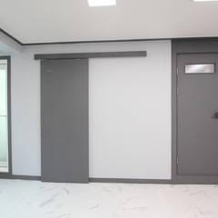 Doors by 한 인테리어 디자인