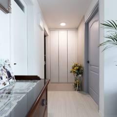 Pasillos, vestíbulos y escaleras modernos de 디자인담다 Moderno