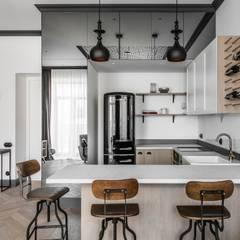 Helle Küche in weiß-grau skandinavisch:  Küche von Baltic Design Shop