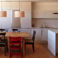 مطبخ ذو قطع مدمجة تنفيذ Pilar Pardal March