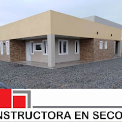Maisons de style  par Constructora en seco Carreras y asociados Srl., Moderne Fer / Acier