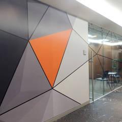 Acceso a oficinas: Estudios y oficinas de estilo  por Paralelo 18