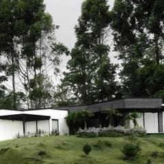 Buitenhuis door Andrés Hincapíe Arquitectos  A H A