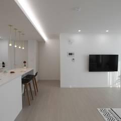 작업실과 홈카페가 있는 집, 동탄시범다은마을 월드메르디앙 반도유보라 24py _ 이사 후: 홍예디자인의  거실