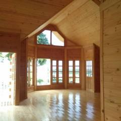 Casas de madera de estilo  por Sukjai Logcabin Partnership
