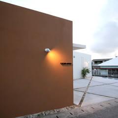ファサード夜景: Arms DESIGNが手掛けた一戸建て住宅です。