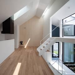 坪庭のある三角屋根の家 OUCHI-32: 石川淳建築設計事務所が手掛けたリビングです。,ミニマル