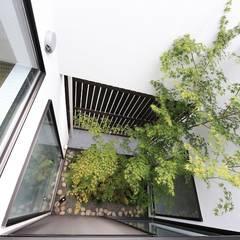 坪庭のある三角屋根の家 OUCHI-32: 石川淳建築設計事務所が手掛けたテラス・ベランダです。