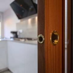 Puerta corredera cocina: Cocinas integrales de estilo  de Grupo Inventia
