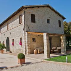 Casale T: Case in stile  di GIAN MARCO CANNAVICCI ARCHITETTO
