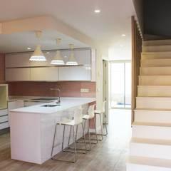 Cocina y escaleras de la planta baja.: Cocinas integrales de estilo  de Keinzo Interiores