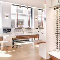 Meuble vitrine avec suspensions: Locaux commerciaux & Magasins de style  par A MI-BOIS