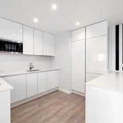 Remodelação de Apartamento T1: Armários de cozinha  por ARQ1to1 - Arquitectura, Interiores e Decoração