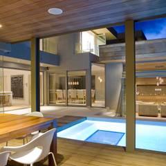 L \ HOUSE \\ Plettenberg Bay \\ Olivier Architects:  Patios by Olivier Architects