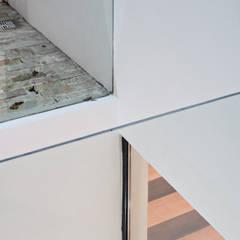 Finestre in PVC in stile  di SMF Arquitectos  /  Juan Martín Flores, Enrique Speroni, Gabriel Martinez