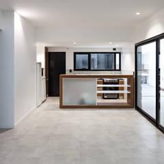 Diseño y Constucción de Casa Bazan en La Plata: Cocinas a medida  de estilo  por SMF Arquitectos  /  Juan Martín Flores, Enrique Speroni, Gabriel Martinez