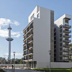 Casas multifamiliares de estilo  por SMF Arquitectos  /  Juan Martín Flores, Enrique Speroni, Gabriel Martinez