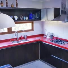 Cocina Roja por SIMPLEMENTE AMBIENTE: Cocinas equipadas de estilo  por SIMPLEMENTE AMBIENTE mobiliarios