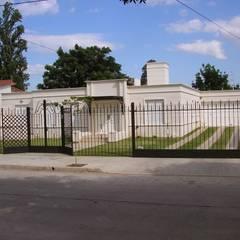 CASA EN BARRIO CERRO DE LAS ROSAS , CORDOBA , ARGENTINA: Casas multifamiliares de estilo  por arq5912  Arquitectura y Construcción,Clásico Concreto reforzado
