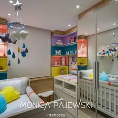 QUARTO DE BEBE NUVENS DE AMOR: Quartos de bebê  por Monica Pajewski Interiores