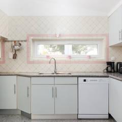 Kitchen 02: Cozinhas  por Pedro Brás - Fotógrafo de Interiores e Arquitectura   Hotelaria   Alojamento Local   Imobiliárias