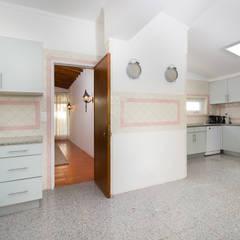 Kitchen 03: Cozinhas  por Pedro Brás - Fotógrafo de Interiores e Arquitectura   Hotelaria   Alojamento Local   Imobiliárias