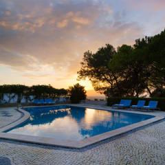 Pool Sunset: Piscinas  por Pedro Brás - Fotógrafo de Interiores e Arquitectura   Hotelaria   Alojamento Local   Imobiliárias