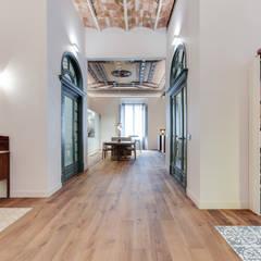 LOFT GIRONA: Pasillos y vestíbulos de estilo  de Lara Pujol  |  Interiorismo & Proyectos de diseño