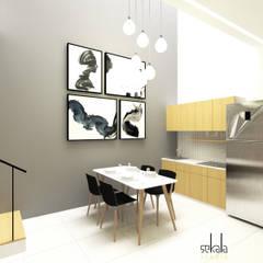 Rumah Krembangan: Ruang Makan oleh SEKALA Studio,