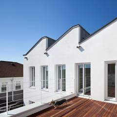 친환경 저에너지 주택. 비스타 하우스: 건축사사무소 모뉴멘타의  베란다,모던 솔리드 우드 멀티 컬러
