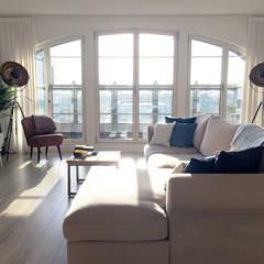 Penthouse Amsterdam:  Woonkamer door MaeN interiors