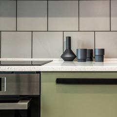 Modern Apartment for a Cinema Fan:  Küche von Bohostudio