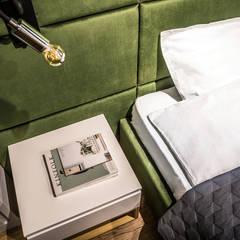 Modern Apartment for a Cinema Fan:  Schlafzimmer von Bohostudio