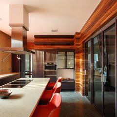 Forester house - современный загородный дом: Встроенные кухни в . Автор – Роман Леонидов - Архитектурное бюро