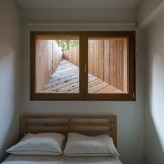 Koekoek:  Kleine slaapkamer door Kevin Veenhuizen Architects, Modern