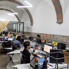 Interiores Oficinas Interpeople: Estudios y oficinas de estilo  por h2earquitectura
