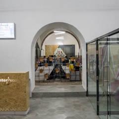 Umbral de acceso: Estudios y oficinas de estilo  por h2earquitectura