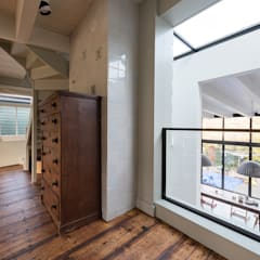 zicht vissershuis naar nieuwe uitbouw:  Woonkamer door Dineke Dijk Architecten
