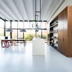 keuken in nieuwe uitbouw:  Keuken door Dineke Dijk Architecten