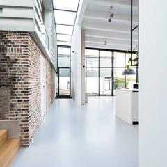 aansluiting oud op nieuw:  Gang en hal door Dineke Dijk Architecten
