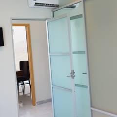 CONSULTORIO MÉDICO DE LEÓN: Estudios y oficinas de estilo  por Arqca
