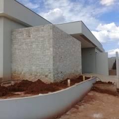 Revestimento de Tozeto de Moledo: Paredes  por Atrium Vale Pedras e Projetos