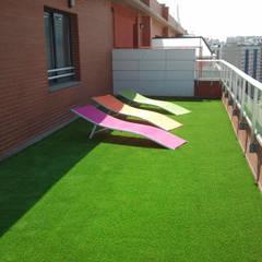 Un jardín en la azotea con césped Albergrass: Terrazas de estilo  de Albergrass césped tecnológico