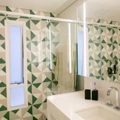 Banheiro de apartamento: Banheiros  por C2HA Arquitetos