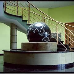 Kugelbrunnen Granit mit schwimmender Kugel, Schwebende Objekte:  Bürogebäude von Manufaktur von Doberstein