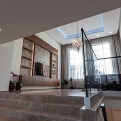 Vrijstaande villa:  Woonkamer door Dineke Dijk Architecten
